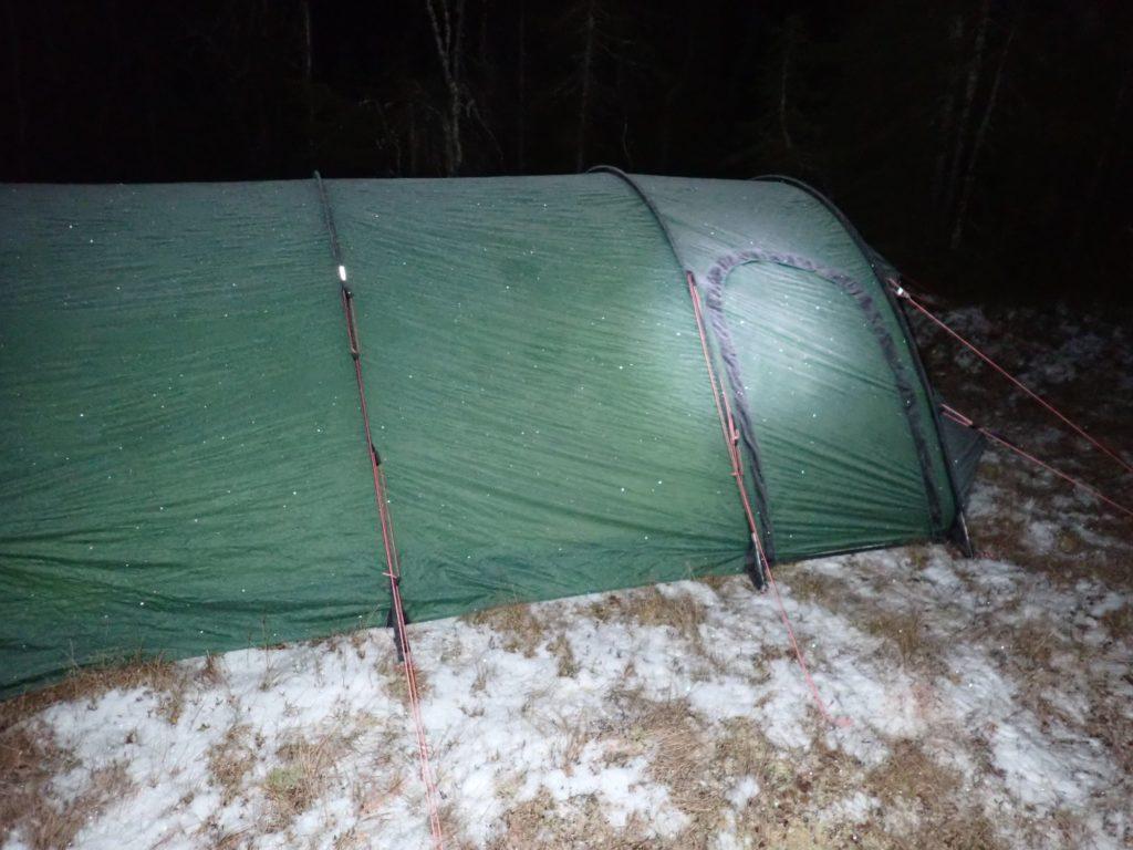 Det ser litt kaldt ut, men med to liggeunderlag og en god sovepose sover man veldig godt her!