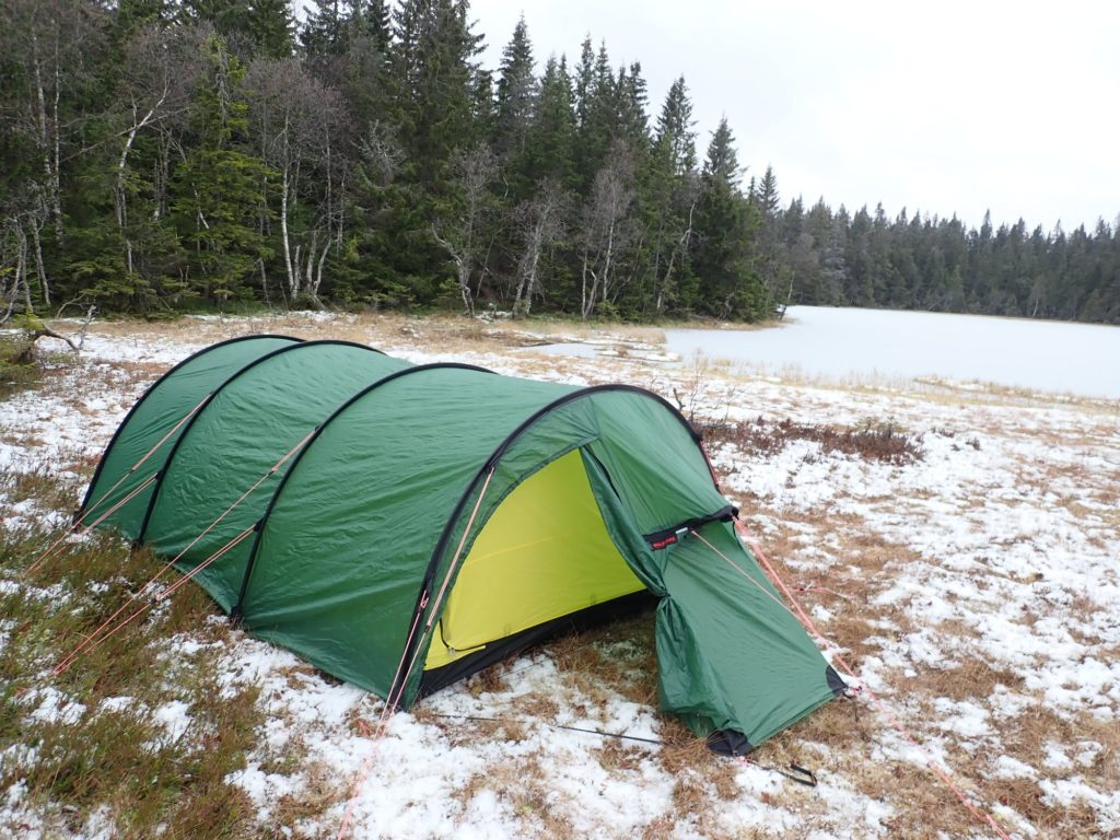 Østre Trillingtjern har en teltplass på odden i nord, men også en fin plass her ved utoset i sør.